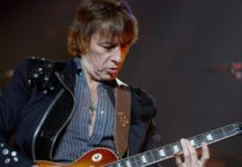 Richie Sambora tocando guitarra