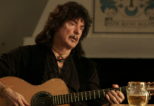 Ritchie Blackmore tocando violão