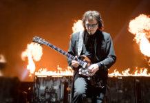 Tony Iommi tocando guitarra no palco