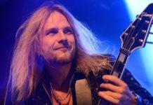 Richie Faulkner, do Judas Priest, tocando guitarra