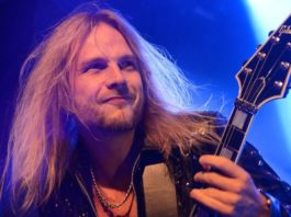 Richie Faulkner, do Judas Priest, tocando guitarra
