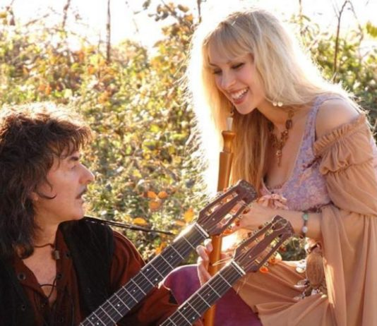 blackmore ao lado de candice night