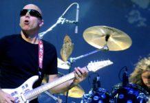 Joe Satriani com uma bateria ao fundo