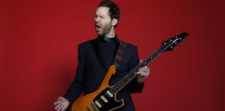 Paul Gilbert tocando guitarra