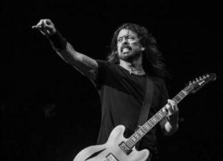 Dave Grohl tocando guitarra ao vivo